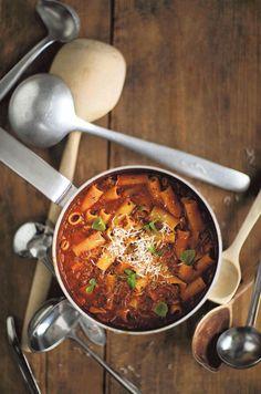 noin 400 g valkokaalia 2 porkkanaa 2 varsisellerin vartta 3 valkosipulinkynttä 2 pientä sipulia 400 g karitsan jauhelihaa 3 rkl tomaattipyreetä 2 tl kuivattua minttua 1 tl kuivattua timjamia 1 l kanalientä 2 dl pientä pastaa, esimerkiksi penne rigate suolaa ja mustapippuria  Tarjoiluun: parmesaanijuustoa ja hyvää oliiviöljyä  Suikaloi kaali, porkkana ja varsiselleri.