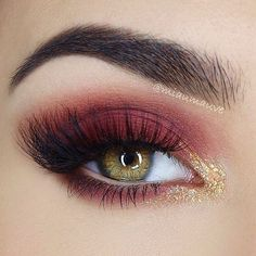 🍷👑 Gorgeous burgundy glam look by using our eyeshadows in Narci. - Make up - Eye Makeup Maroon Makeup, Burgundy Makeup Look, Red Eye Makeup, Eye Makeup Tips, Smokey Eye Makeup, Hair Makeup, Smoky Eye, Maroon Eye Shadow, Maroon Nails Burgundy