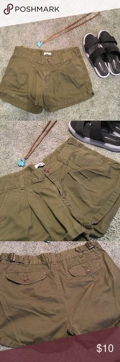 Green shorts ☀️ Perfect army green colored shorts for summer! Great shape. Pleats in front. Pockets on each side. Adjust on sides. From Heritage 1981. Heritage 1981 Shorts