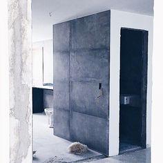 Visão do quarto de casal para a sala e cozinha! O nosso medo de tirar a parede que fazia o corredor dos quartos era não gostar de ficar exposto demais mas eu amo essa visão da cozinha fazer o quê?!