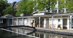 Bis heute ist das nostalgische Jugendstil-Bad am Stadthausquai tagsüber den Frauen vorbehalten. Hier schwimmt es sich mit einmaliger Aussicht auf das Grossmünster, die Wasserkirche und die umliegende Altstadt. Das Wasser strömt nicht weit von hier aus dem Zürichsee in die Limmat und ist ausgesprochen sauber. Zwei über 30 Meter lange Schwimmbecken – für Schwimmer und Nichtschwimmer – sorgen für Erfrischung und eine kleine Bibliothek bietet Lesematerial für einen entspannten Tag am Wasser…