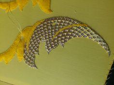 Hoja de mosqueta con puntada azul en oro