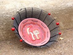Kočičí. Drátovaná mísa. Mísu jsem vyrobila opletením keramické misky s motivem kočky z dílnymonikasimia ozdobila ji několika většími červenými korálky. Mísa má průměr: 33 cm, průměr keramické části: 22,5 cm Ošetřena antikorozním sprejem. Návod na údržbu bude přiložen. Návrh mísy i její zpracování                    ...