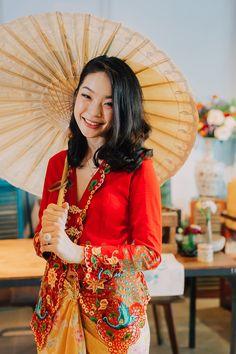 The Peranakan: A Nyonya Baba Styled Shoot - Musings - Moments Traditional Outfits, Traditional Chinese, Chinese Style, Traditional Wedding, Vietnam Costume, Creative Wedding Inspiration, Indonesian Wedding, Model Kebaya, Batik Kebaya