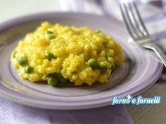 Il risotto piselli e zafferano è un primo piatto semplice da preparare e piace tanto sia a grandi che a piccini, è piacevolmente dolce e saporito.