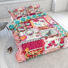 Droom heerlijk weg onder dit comfortabele So Cute Joy dekbedovertrek! Het dekbedovertrek is uitgevoerd met een print van verschillende, decoratieve patronen zoals rozen, vlinders, vogeltjes strikjes en pareltjes. Dit alles is prachtig afgewerkt in een combinatie van prachtige kleuren zoals blauw en meisjesachtig roze. Voor degene wiens voorkeur uitgaat naar een vintagelook is het So Cute Joy dekbedovertrek zeer geschikt. Je slaapkamer krijgt er meteen een fleurige uitstraling door. Dit So…
