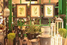Para um jardim mais elegante use cachepôs. Protegendo o vaso, suas plantas decoram o ambiente deixando sempre mais bonito e renovado. #Cachepot #decoração #casa #jardim #AdoroPresentes #ambiente #renovar