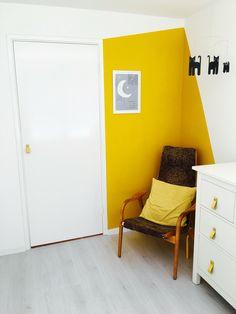 Babykamer: mimosa geel op de muur, met Swedese stoel, NU Interieur   Ontwerp handles en illustratie van Søstrene Grene