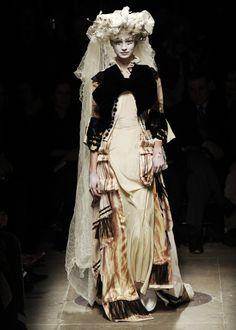 rei kawakubo for comme des garçons, autumn/winter Rei Kawakubo, Quirky Fashion, Fashion Art, High Fashion, Fashion Show, Fashion Design, Baroque Fashion, Fashion Week Paris, Comme Des Garcons