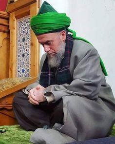 """Die keinen Wert haben - Unser Prophet (saws) sagt in einem heiligen Ḥadīth: """"Manche Menschen werden nicht angeschaut werden am Gerichtstag, ihnen wird kein Wert gegeben werden."""" Wer sind diese Menschen? Sie sind diejenigen, die Allāhs Gewand des Stolzes mitbenutzen. Stolz, Großartigkeit, Ehre gebührt Allāh, ᶜazza wa jalla. Er gibt niemandem Sein Gewand des Stolzes, weil wir alle schwache Diener sind. Ein weiser Mensch sollte das wissen."""