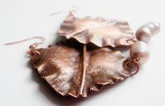 orecchini in rame e perle di fiume tecnica fold forming
