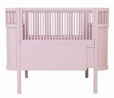 Se den nostalgiske Kili seng, som du nu kan få i en skøn rosa farve til din baby pige. Kig ind nu.
