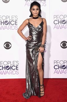 Look da cantora Vanessa Hudgens no red carpet do People's Choice Awards 2016.