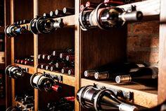 Le vin a besoin de certains égards pour vieillir au mieux et se bonifier avec le temps. Il faut donc lui préparer un lieu à sa mesure, une cave? Pour cela, suivez nos conseils.
