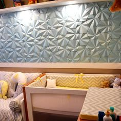 O quartinho do Bernardo ficou lindo, parede com Revestimento Solis cor Caribe Metalizado #suvinil #surfaces #revestimento #tile #concreto #interiordesign #instadecor #babyroomdecor #babydecor #walldecor #3d #quartodebebe #quartodemenino #Maski #cimenticio #design