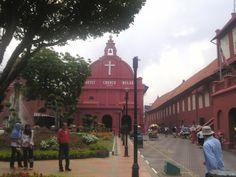 オランダ広場 マレーシア、マレー半島南西岸の港市マラッカの市街中心部にある広場。ペナン島のジョージタウンとともに「マラッカ海峡の歴史都市群」の名称で世界遺産に登録されています。