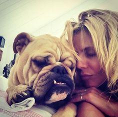 Hollywuff: Wie die Hollywood Stars auf den Hund gekommen sind. Hier: Heidi Klum macht es sich mit Bulldogge Albert gemütlich.