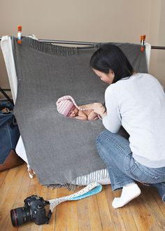5 Poses & a baby: Behind the scenes of a newborn Poses & a baby: Behind the scenes of a newborn session Ideally, your model will be asleep when you arrive and will not make a peep throughout your s. Foto Newborn, Newborn Baby Photos, Baby Poses, Newborn Posing, Newborn Shoot, Newborn Pictures, Baby Boy Newborn, Baby Pictures, Baby Girl Photos
