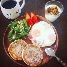 2016.03.11  おはようございます  今日の朝ごはん  グリーンサラダにベーコンエッグイングリッシュマフィンにハニーバターを 苺を彩りに ハニーナッツが出来上がったのでヨーグルトと一緒に こうやって毎日おいしいごはんが食べられる幸せに感謝して by karin_y