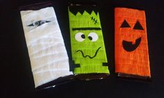 Halloween chocolate bar wrappers: mummy, Frankenstein and a pumpkin. Made from crepe paper and cardstock. Halloween Candy Crafts, Dulceros Halloween, Halloween Treat Holders, Halloween Favors, Halloween Chocolate, Halloween Snacks, Halloween Party Decor, Halloween Cards, Holidays Halloween