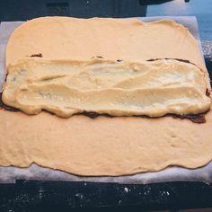 Food Photography Kanelstang med remonce og creme - Home Bread Bun, Bread Cake, Bread Rolls, Making Whipped Cream, Cook N, Danish Food, Coffee Cake, Soul Food, Food Hacks