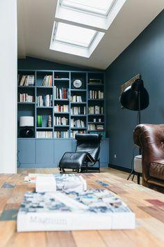 Coin bibliothèque bleu profond et assise en cuir