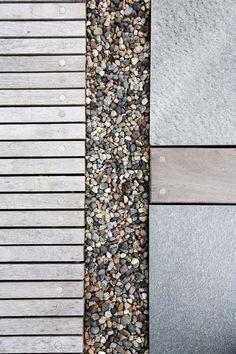 TRE OG STEIN: Kombinasjonen av tre og stein skaper et spennende og nærmest vedlikeholdsfritt miljø.