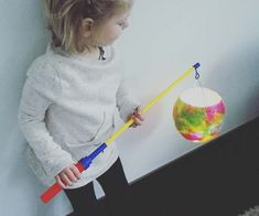 Mit der Ballon-DIY-Laterne kann der Martinstag kommen (c) Karin Fischer St Martin, Dots, Pink, Paper Lanterns, Tips, Craft, Nice Asses, Stitches, The Dot