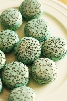 These macaroons would go great with her nightly green tea. Shes a tea lady. Macaron Cookies, Macaron Recipe, Tea Cookies, Delicious Desserts, Yummy Food, French Macaroons, French Pastries, Cute Food, Snack