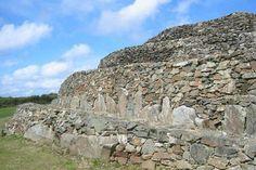 Finistère : Le cairn de Barnenez, le mausolée mégalithique le plus important d'Europe : 70 mètre de long et 11 dolmens de granit.
