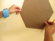 Vorlage aus Pappe ausschneiden die Wand markieren