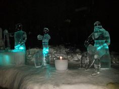 Bar-galeria Magic Ice, em Svolvær, no município de Vestvågøy, arquipélago de Lofoten, condado de Nordland, Noruega. Fregueses de gelo, ou um conjunto musical? O grandão da direita será Darth Vader, ou algum rei viking?