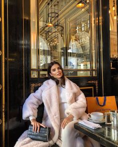 Want to feel like a queen? This long faux fur elevates your style to the next level 👸 Long Beige Faux Fur Coat with pockets on the side. Winter Fashion Outfits, Fall Winter Outfits, Winter Wear, Modest Fashion, Look Fashion, Autumn Winter Fashion, Womens Fashion, Autumn Style, 70s Fashion