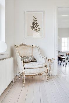 Hegnsvej 17 — Anna Reventlow Hygge, Pale Orange, Sofa Chair, Home Decor Inspiration, Sofas, Accent Chairs, Anna, Warm, Living Room