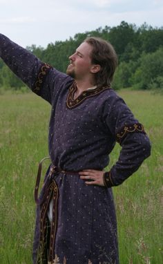 Cotte XII / XIIIe siècle (I like the use of trim, and the fabric used on this tunic-- nice!)
