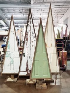 Christmas trees with old doors. - Wood DIY ideas - Christmas trees with old doors. Unique Christmas Trees, Wooden Christmas Trees, Christmas Ornaments, Modern Christmas, Recycled Christmas Tree, Country Christmas Trees, Unique Christmas Decorations, Primitive Christmas, Vintage Christmas