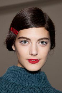 Invitadas a la boda // Wedding guests:  Preciosa inspiración de maquillaje para una invitada con labios rojo #Cacharel