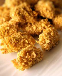 Nuggets de poulet panés aux corn flakes. Testée ce soir à la poêle, crispy & tender all together : Yummy! Ici recette version four à tester une autre fois.