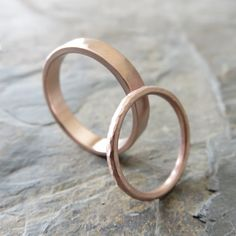 verlobungsring dezent Hammered Matching Wedding Band Set in Solid Yellow or Rose Matching Wedding Band Sets, Wedding Matches, Hammered Gold, Small Rings, Ring Verlobung, Gold Set, Or Rose, Wedding Rings, Gold Wedding