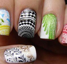 Uñas blancas con adornos de colores y estampados étnicos.