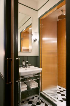 Attractive Tiny Apartment Bathroom Decoration Ideas 34 – Home Design Bathroom Styling, Bathroom Interior Design, Home Interior, Soho House, Old Bathrooms, Small Bathroom, Bathroom Green, Bathroom Sinks, Bathroom Cabinets