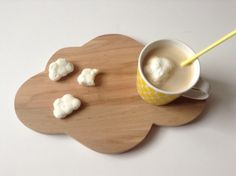 """Aujourd'hui vous allez apprendre à créer des moules en silicone alimentaire, mais aussi à faire de belles guimauves en forme de """"ce que vous voulez"""". Ce DIY a été réalisé par La Poupette !"""