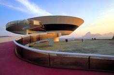 「花をイメージした」という建築家のオスカー・ニーマイヤーの設計は、地元の人からは「空飛ぶ円盤」と呼ばれているとか。