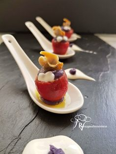 Bombón de cherry con parmentier morada y berberechos Party Finger Foods, Dinner With Friends, Appetizers For Party, Raw Food Recipes, Deli, Afternoon Tea, Food Art, A Table, Catering