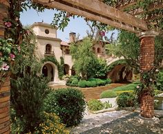 Italian-style courtyard garden at the California mansion of former Williams-Sonoma CEO. arsl01_boone