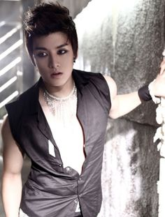 Eli babe, you should never have more eyeliner on than me lol but you still look good :)