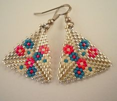 This weekend studio time was devoted to figuring out how to place these flowers in the peyote triangle pattern. The peyote triangle is super. Beaded Earrings Patterns, Peyote Beading, Beading Patterns, Flower Patterns, Triangle Pattern, Triangle Earrings, Seed Bead Jewelry, Bead Earrings, Bead Jewelry