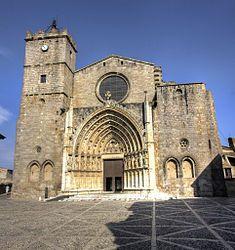 Façana de la Basílica de Castelló d'Empúries, a l'Alt Empordà (Catalonia)