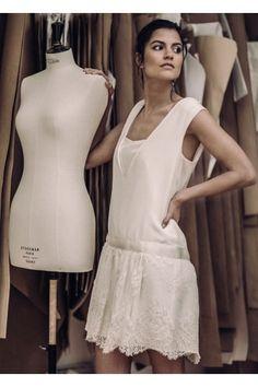 Le charme des années 20, toujours aussi envoûtant ! Jolie robe taille basse en crêpe de Chine et dentelle de Calais, à l'allure Charleston. Jeu de double décolleté sur le devant, très flatteur. Découpe au dos froncée. Une valeur sûre ! Fabriquée à Paris, dans notre atelier showroom du Xème arrondissement.