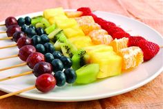 Rainbow Fruit Skewers: Fruit Salad on a Stick! Not quite a fruit salad, but a possibility. Rainbow Fruit Skewers, Fruit Kebabs, Fruit Salad, Healthy School Lunches, Healthy Snacks, Eat Healthy, Healthy Recipes, Good Food, Yummy Food